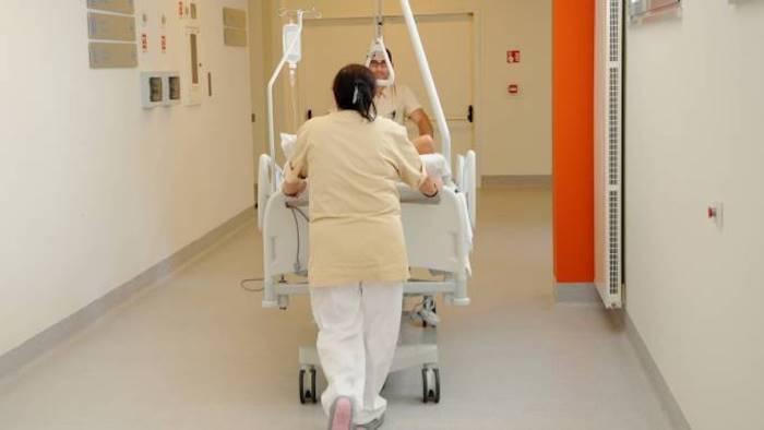 lo curano per la sciatica ma ha un infezione muore a 48 anni