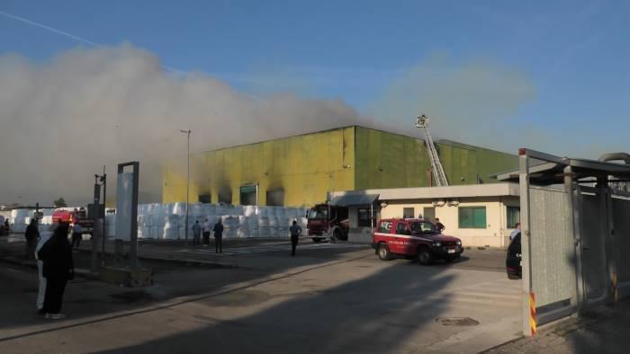 incendio stir pompieri costano 3mila euro al giorno a samte