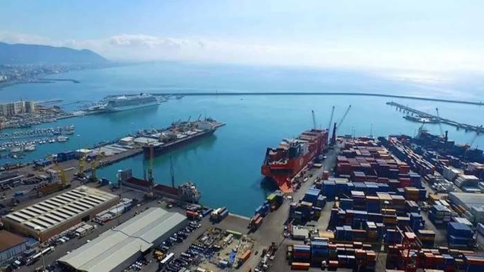 rifiuti speciali nel porto sequestrate 60 tonnellate