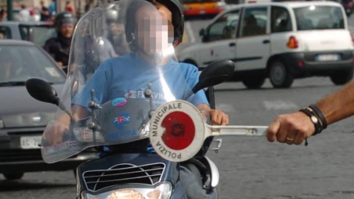 senza casco patente e assicurazione multa da 7mila euro