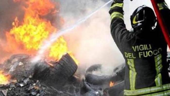 beccato a incendiare rifiuti denunciato
