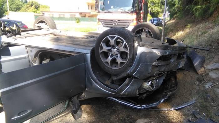 si ribalta con l auto ferita una donna foto