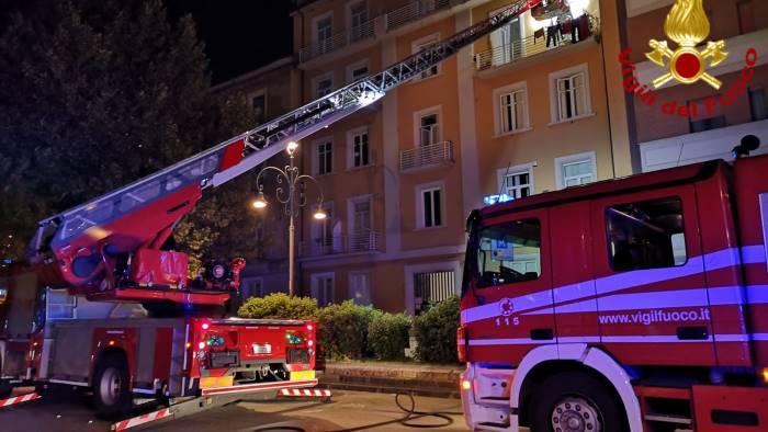 incendio a viale italia paura per un anziana e il suo cane