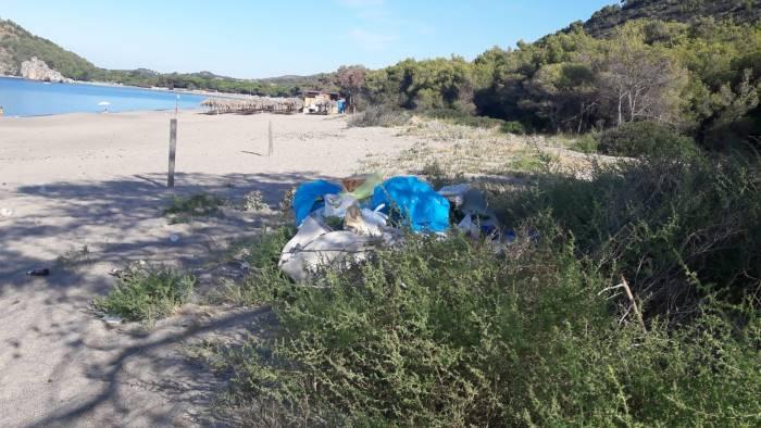 microdiscarica a pochi passi dalla spiaggia la denuncia
