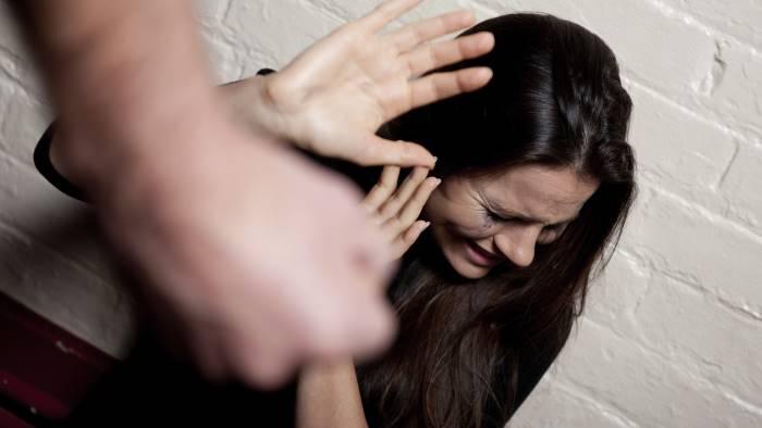 picchia la fidanzata incinta denunciato