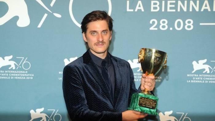 cinema napoli trionfa a venezia de magistris orgoglioso
