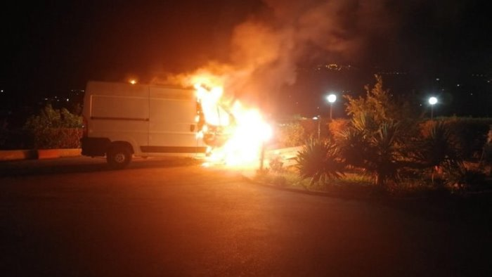 in fiamme a ponte il furgone di una commerciante