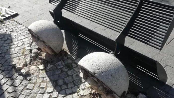 raid vandalico a siano danni a una panchina e un pannello