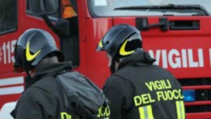 incendio in un deposito ad eboli ingenti i danni