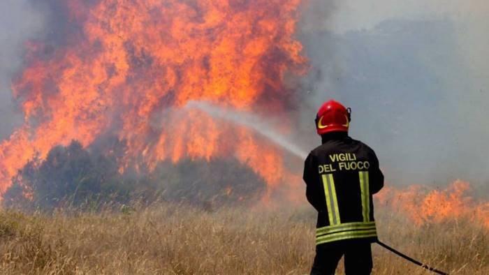 polla il fuoco divora il territorio ora c e pericolo frana
