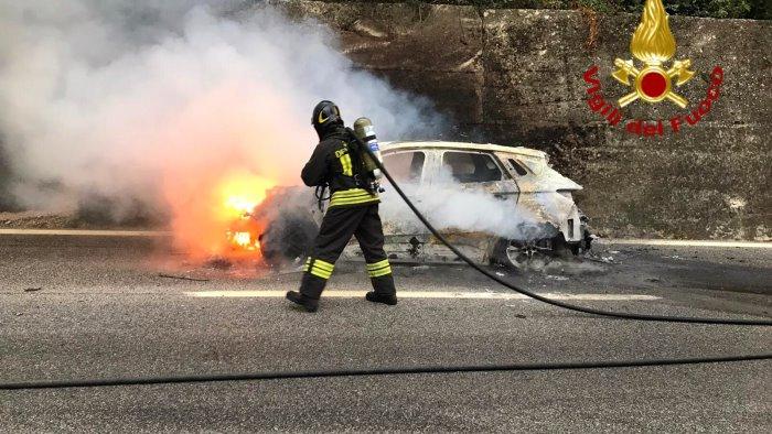 auto in fiamme sull a16 rallentamenti a monteforte