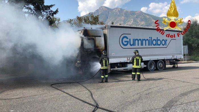 in fiamme camion con rotoli di gomma paura in via nazionale