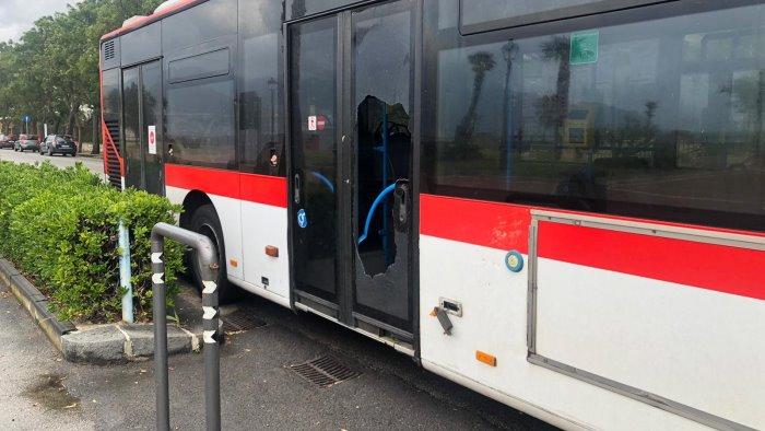 i danni bus centrato da tegola e un uomo incastrato in auto
