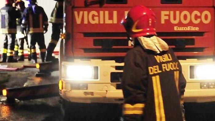 paura nella notte a cava in fiamme tre auto
