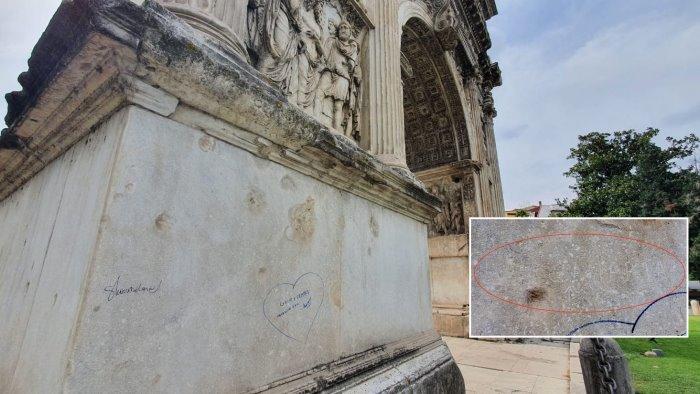 sfregi e scritte sull arco di traiano vandali in azione