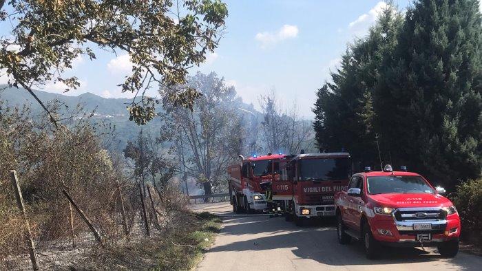 incendio a ceppaloni torna la paura vigili del fuoco e carabinieri in azione