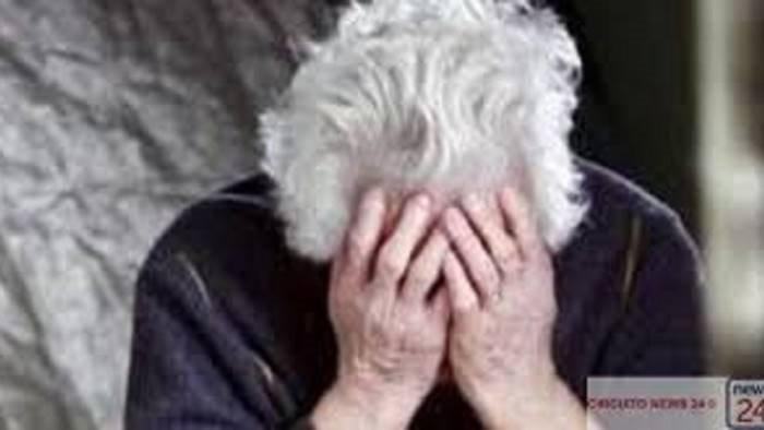un informazione come scusa poi l abbraccio ed il furto poveri anziani