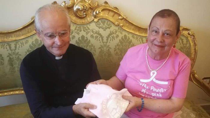 avellino cancro al seno le donne amdos consegnano al vescovo la maglietta rosa