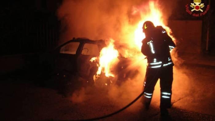 due auto distrutte da un incendio nella notte