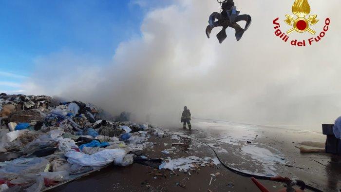 deposito di rifiuti a fuoco si contano i danni della devastazione