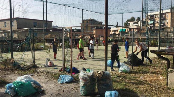 salerno i cittadini ripuliscono il parco di via camillo sorgente
