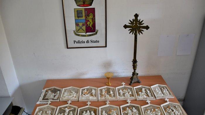 furto sacrilego in chiesa polizia incastra tre ladri e recupera oggetti sacri